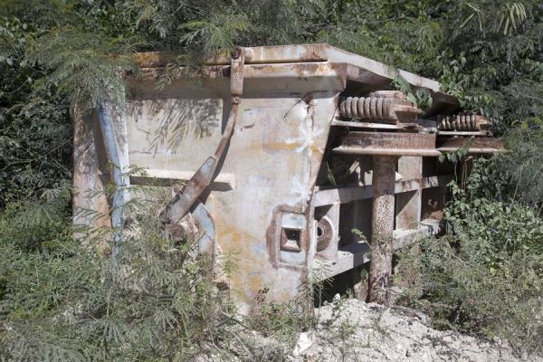 Foto van Old train carriage lying in the bushes of TopsideTopside - Nauru