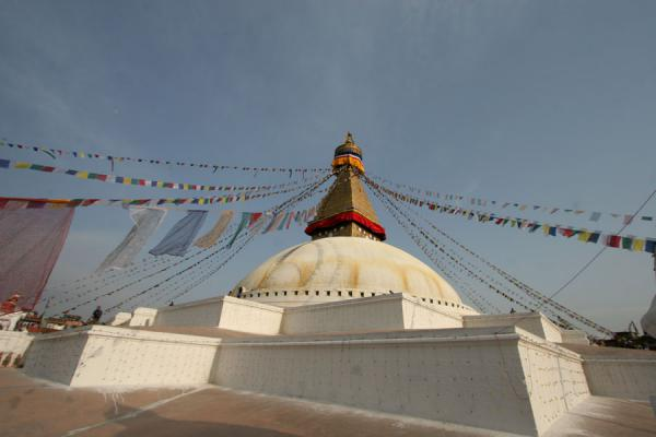 Foto de Stupa, prayer flags and golden tower at Boudha stupaBoudha - Nepal