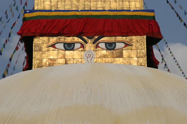 Foto de Eyes of the omnipresent god watching the world from all sides of Boudha stupaBoudha - Nepal