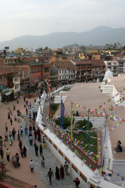 Foto de Boudha just before sunset: people walking the koraBoudha - Nepal
