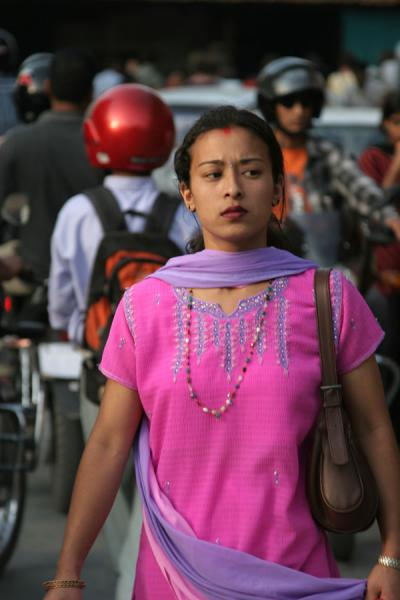 Foto de Pink Nepali woman: elegantly dressed, perfect make-upNepaleses - Nepal