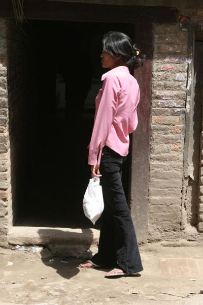 的照片 Woman in pink and black: Nepali woman in the streets of Kathmandu - 尼泊尔