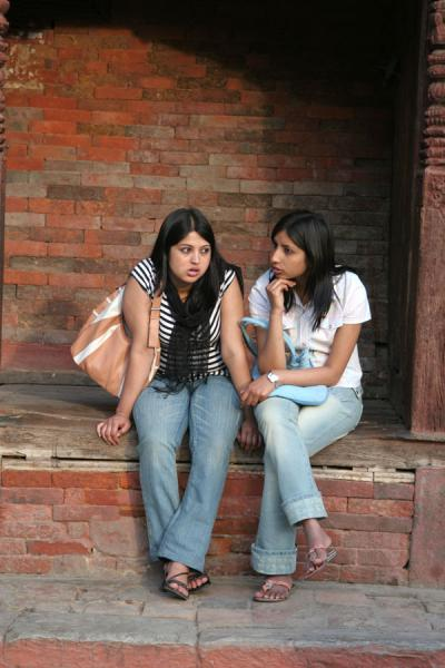 的照片 Nepalese girls chatting: women are chatters anywhere - 尼泊尔