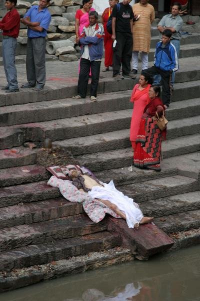 Foto van People and partly uncovered corpse on ghat at PashupatinathKathmandu - Nepal