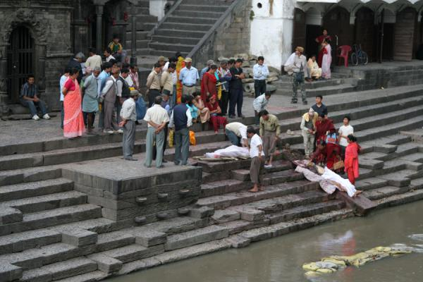 Picture of People on the ghats of Pashupatinath gathering to bid farewell to corpse