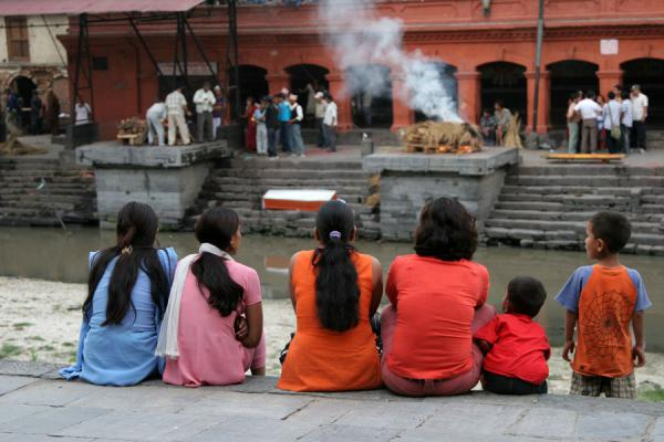 Foto van Family watching the spectacle of cremation at PashupatinathKathmandu - Nepal
