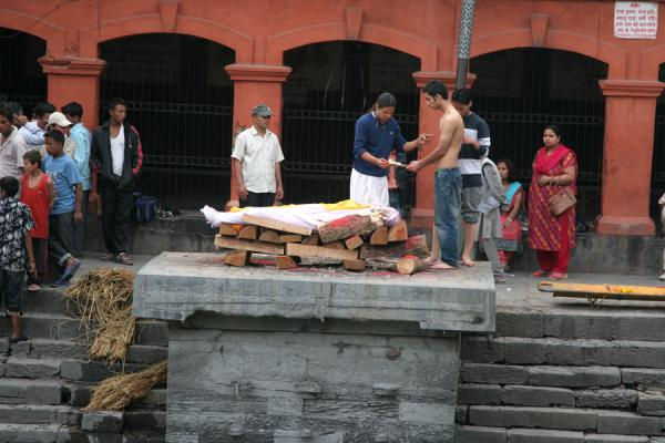 Foto van The relatives have said their last goodbyes and the body is about to be burntKathmandu - Nepal