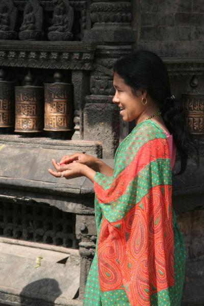 Foto de Woman in colourful dress at Swayambhunath templeKathmandú - Nepal