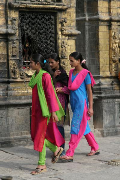 的照片 Brightly coloured women at Swayambhunath temple - 尼泊尔