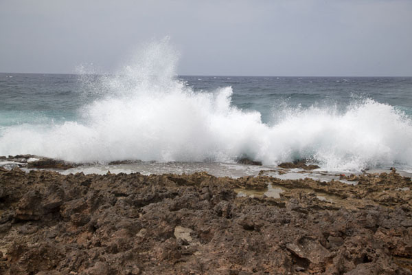 Foto van Waves crashing on the rocky shore at ArashiArashi - Nederlandse Antillen