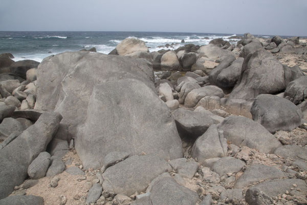 Foto de The rocky coastline at the northwest point of ArubaArashi - Antillas holandesas