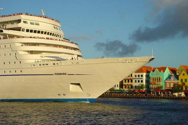 Photo de Ship passing the pontoon bridge: the main reason for its existanceWillemstad Curacao - Antilles Néerlandaises