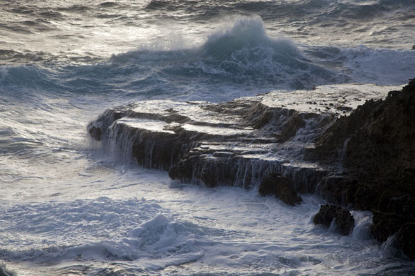 Foto de Waves at the rocky coast of Boca Tabla - Antillas holandesas - América