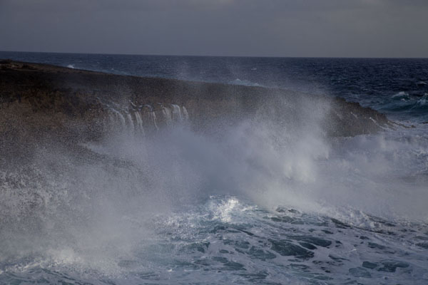 Spray of ocean waves over the rocky coast of Shete Boka National Park | Parco nacional Shete Boka | Antillas holandesas