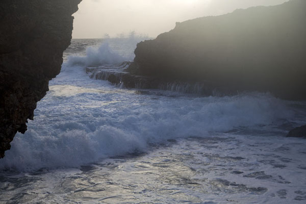 Photo de Waves rolling in at Boca TablaShete Boka - Antilles Néerlandaises