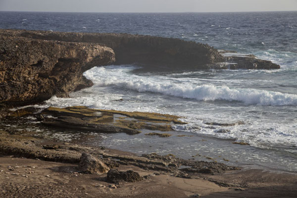 Photo de Waves at the natural bridge at Shete Boka National ParkShete Boka - Antilles Néerlandaises