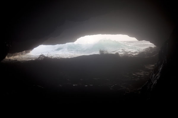 Waves entering the cave at Boca Tabla | Parc national Shete Boka | Antilles Néerlandaises