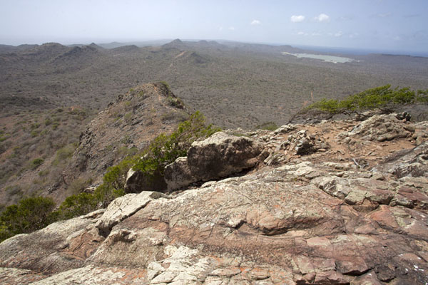 Foto de Looking south over Bonaire island from the summit of Brandaris, the tallest mountain - Antillas holandesas - América