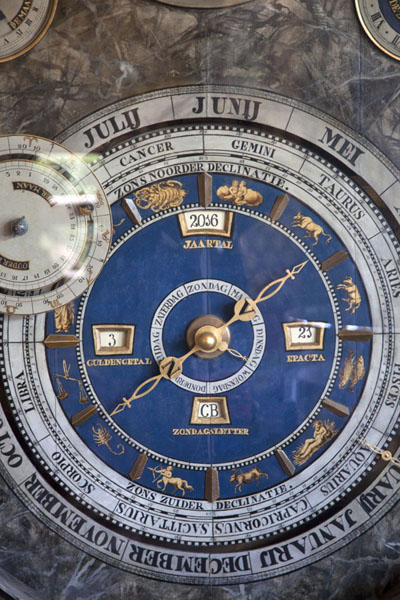Foto de Clockwork with a calendar and the twelve zodiac signsFraneker - Paises Bajos