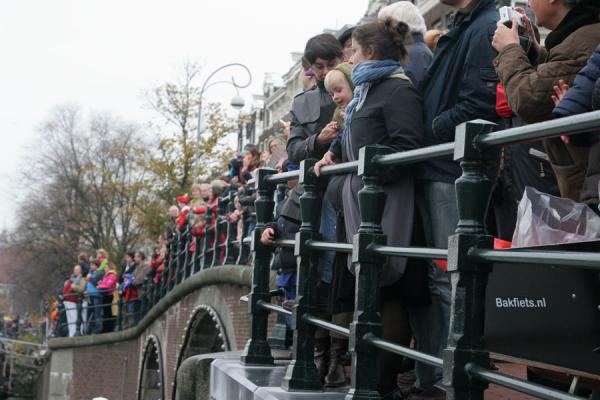 Picture of Kids trying to get a glimpse of Sinterklaas on his steamboat