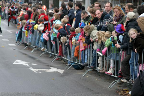 Picture of Kids and parents lining the streets, getting ready for Sinterklaas and his candy