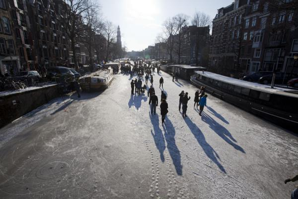 People walking and skating on the Prinsengracht in Amsterdam | Schaatsen in Amsterdam | Nederland