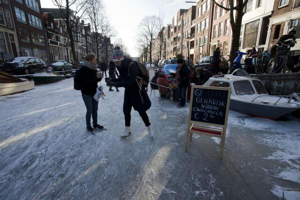 Koek and zopie: spot where you can buy something to drink or eat | Patinar sobre los canales de Amsterdam | Paises Bajos