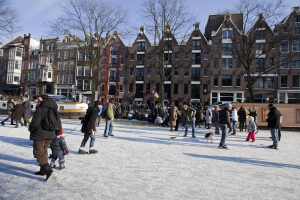 People going for a walk or skate on the ice in Amsterdam | Patiner sur les canaux de Amsterda | les Pays-Bas