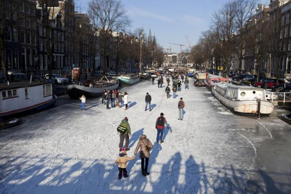 Foto van People skating and walking on the ice of the Keizersgracht in Amsterdam - Nederland - Europa