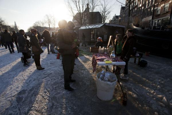 Foto de Children selling drinks on the frozen canals of Amsterdam - Paises Bajos - Europa