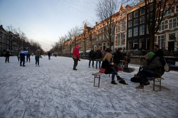 Foto de People sitting on the ice of the Keizersgracht - Paises Bajos - Europa