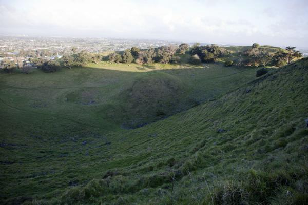 Looking into the crater with volcanic dome of Mt. Mangere | Terrain volcanique de Auckland | Nouvelle Zélande