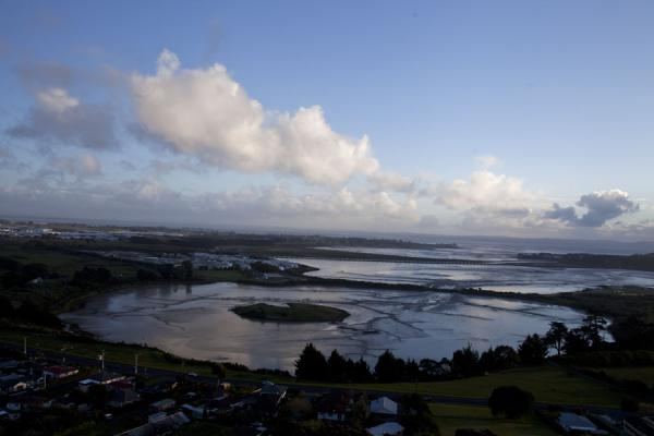View of a submerged crater in Mangere Lagoon | Terrain volcanique de Auckland | Nouvelle Zélande