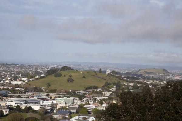 View south from Mt Eden with volcanoes clearly recognizable | Terrain volcanique de Auckland | Nouvelle Zélande