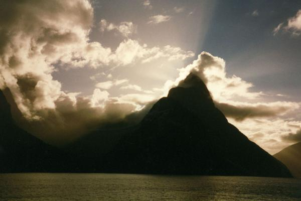 Foto di Ominous mountain contours reinforced by the sunlight.Stretto di Milford - Nuova Zelanda