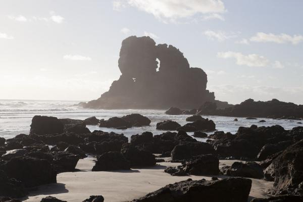 纽西兰 (Sea mist casting a veil over Keyhole Rock near Anawhata beach)