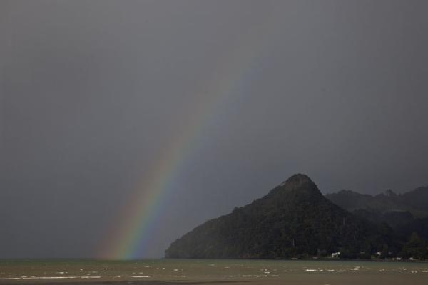 Foto van Rainbow over the sea near HuiaWaitakere Ranges Regional Park - Nieuw Zeeland