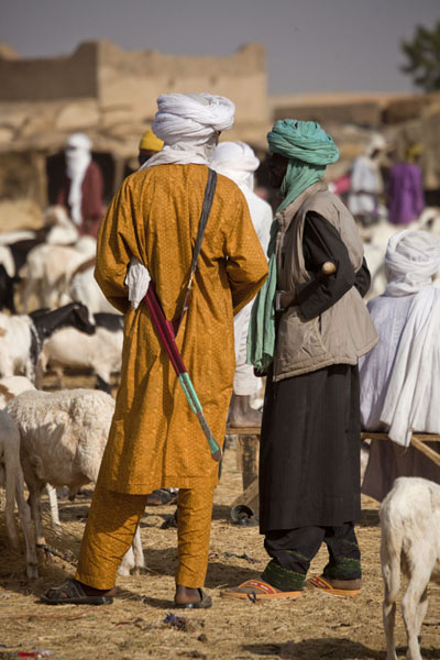 Foto di Men wearing traditional Tuareg dress and sword at the cattle market of Agadez - Niger - Africa