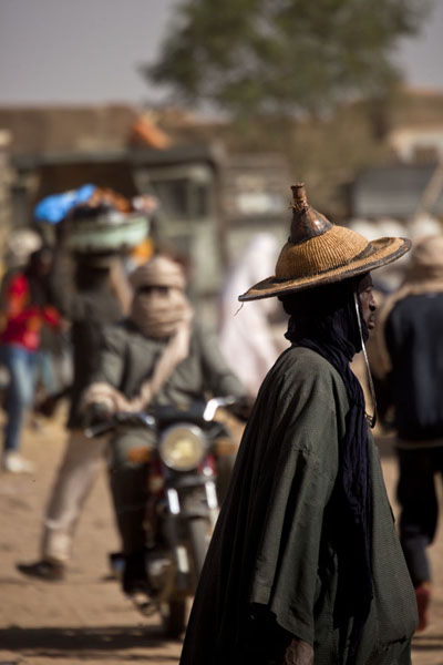 Foto van Man with traditional hat and dress walking at the cattle marketAgadez - Niger