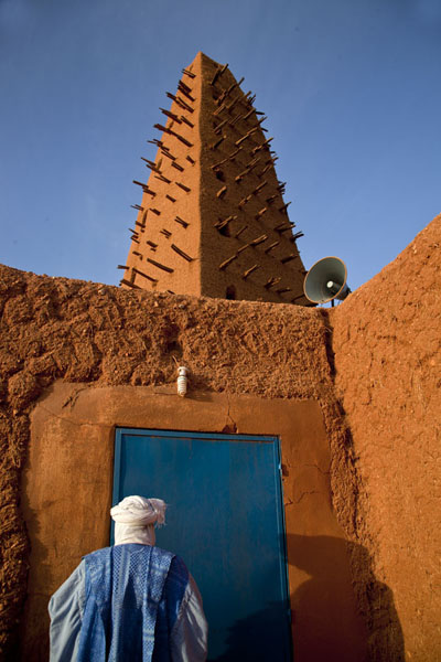 Foto di Tuareg guardian opening the door to the Big Mosque of AgadezAgadez - Niger