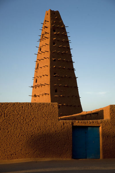 Late afternoon sunlight cast on the minaret of the Big Mosque of Agadez | Agadez Big Mosque | Niger
