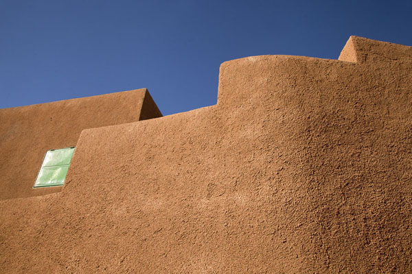Looking up the curves of adobe houses in the old town of Agadez | Agadez Old Town | Niger