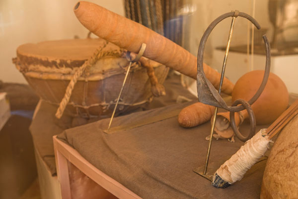 Foto de Some traditional musical instruments on display in the museumNiamey - Niger