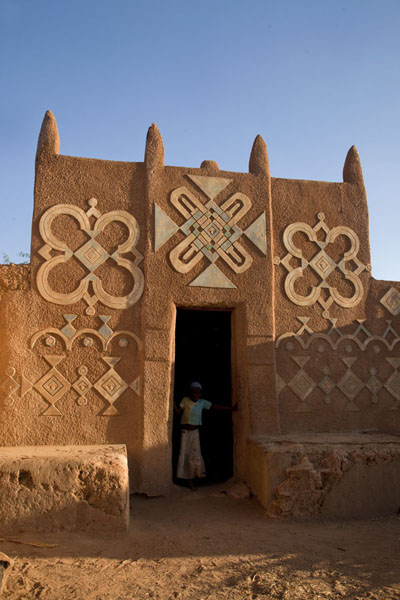 Foto van Adobe walls adorned with Hausa decorations in the Birni quarter of Zinder - Niger - Afrika