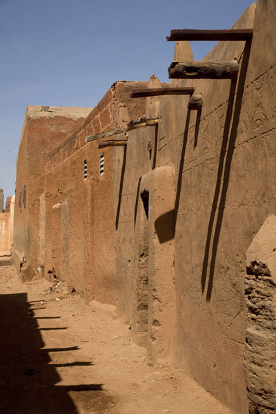 Street with adobe houses in the old town of Zinder | Zinder Oude Stad | Niger