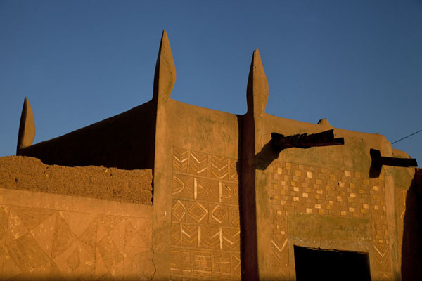 Late afternoon sun shining on a Hausa house in the old town of Zinder | Zinder Oude Stad | Niger