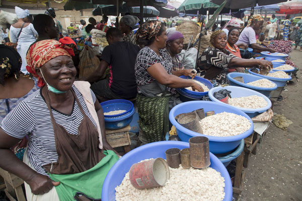 Foto van Women selling pips at the market of Oyingbo - Nigeria - Afrika