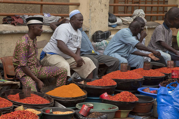 Foto van Nigeria (Row of men selling peppers at Oyingbo market)