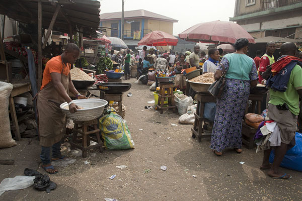 Foto van Street with stalls at Oyingbo marketLagos - Nigeria