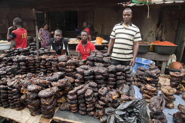 Man selling smoked fish at Oyingbo market | Iyingbo markt | Nigeria